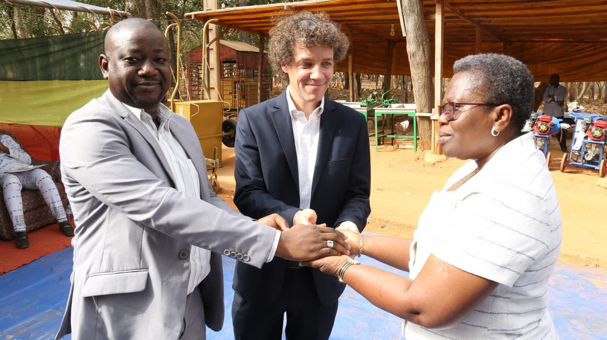 1179 bénéficiaires membres des coopératives agricoles dont 570 femmes reçoivent du matériel et des équipements