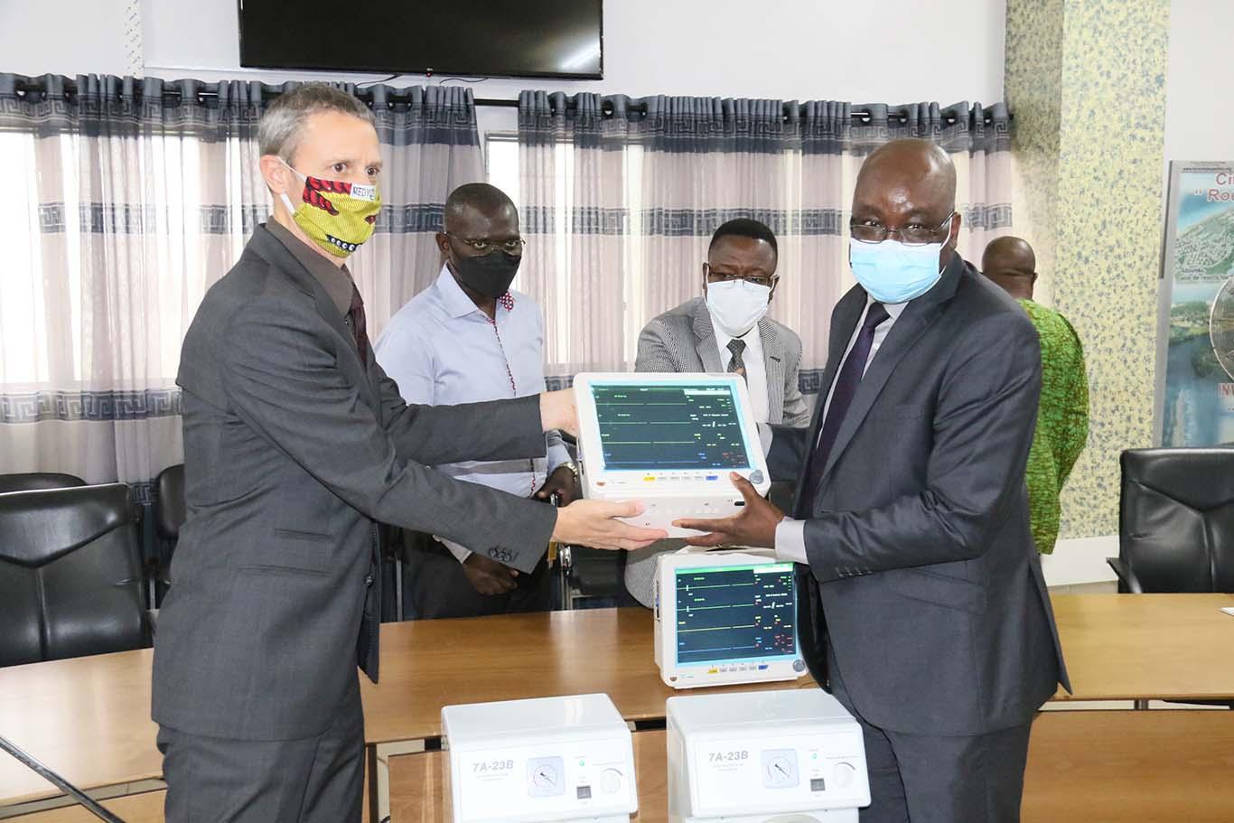la Belgique offre 10 moniteurs multiparamétriques et 10 aspirateurs chirurgicaux au Bénin