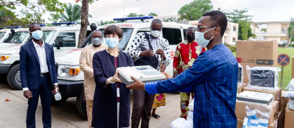 L'#AFD et son partenaire #Enabel offrent des équipements de soins d'urgence et de réanimation au ministère de la sante.