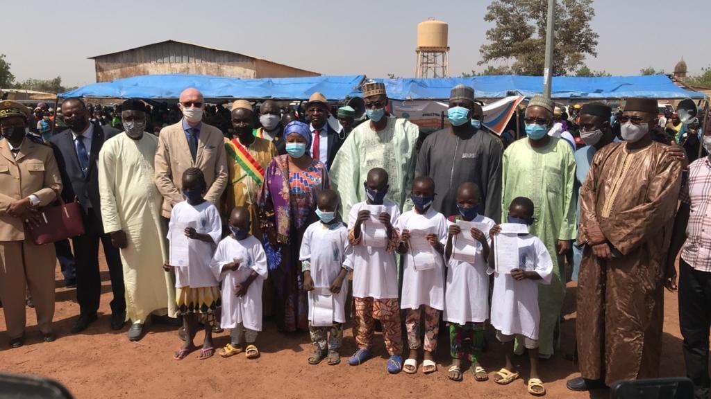 Opération d'enrôlement à l'état à des populations vulnérables au Mali:  Remise des actes de naissance à 1 000 enfants