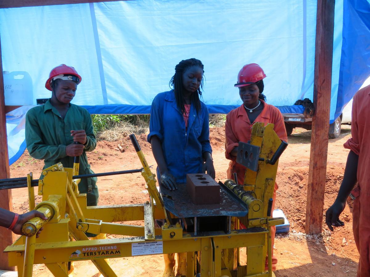 Apprentissage de la production de briques de qualité au Centre Elikya, à Gemena