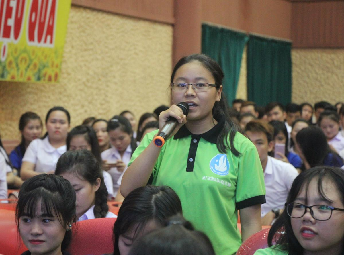 """Students of Ha Tinh University participated in the forum """"Climate Change and responsibilities of the youth"""""""